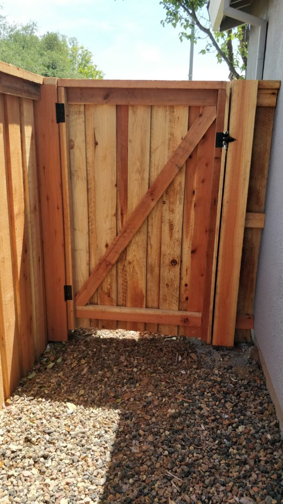Wood Gate – Back – Board on Board Cap and Trim